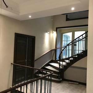 la cage d'escalier rénovée