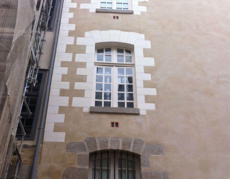 Encadrements de fenêtres en pierre blanche