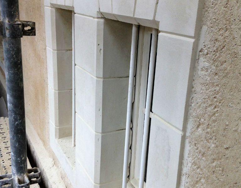Pierre blanche et fenêtres