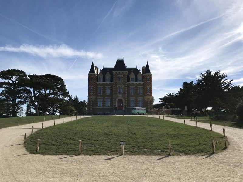 Le château Le Nessay rénové vue de la cour